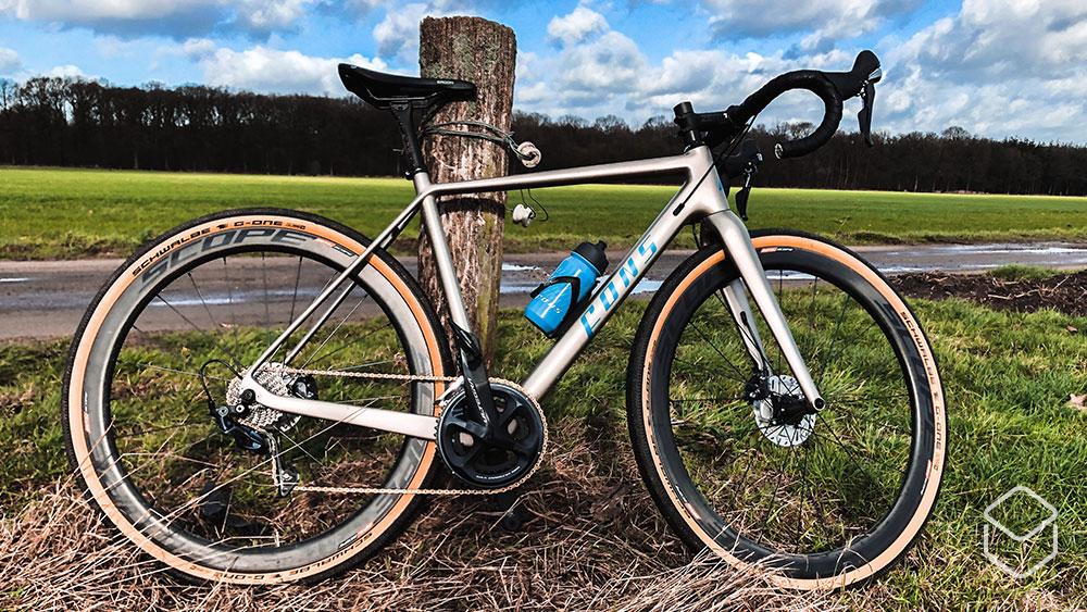 cobbles-wielrennen-gravel-fons-multistrada-review-blauwe-lucht