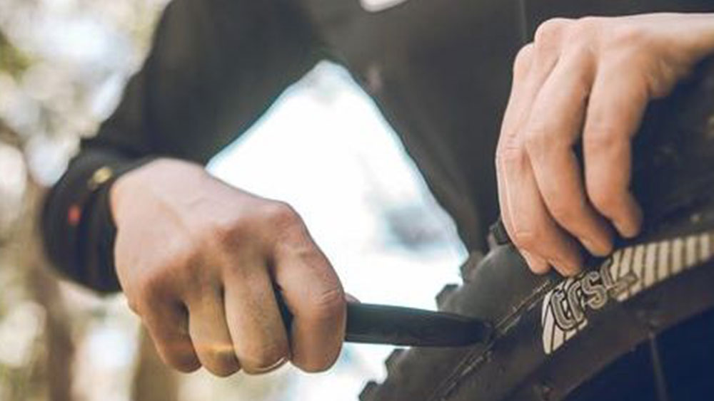 cobbles-wielrennen-reparatieskills-gereedschap-band-vervangen