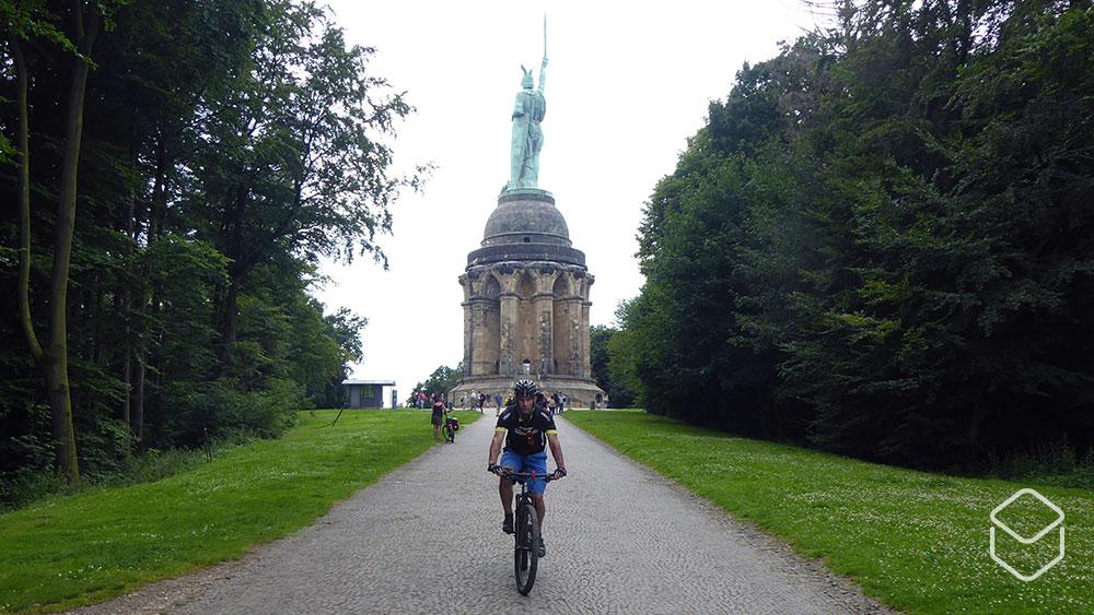 cobbles-mountainbiken-hermannsweg-bikepacking-herman-standbeeld-2