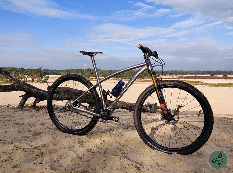 cobbles-mountainbiken-pilot-duro-pinion-review-zijaanzicht