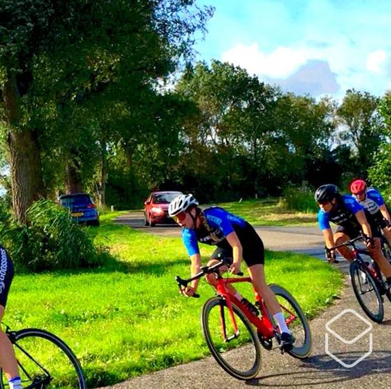 cobbles-wielrennen-vrouw-fietsgroep-bocht