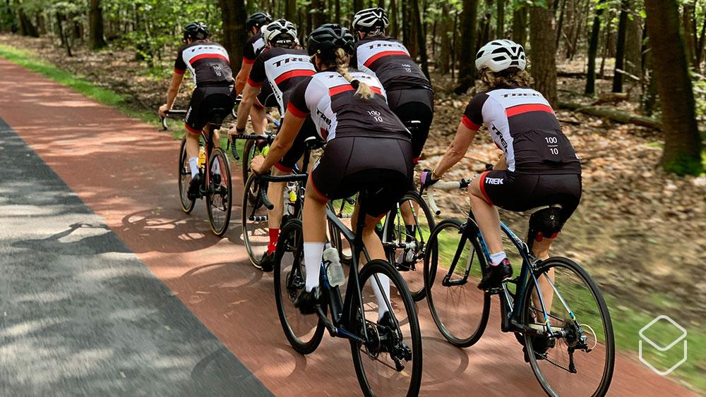 cobbles-wielrennen-vrouw-fietsgroep-dames-trek