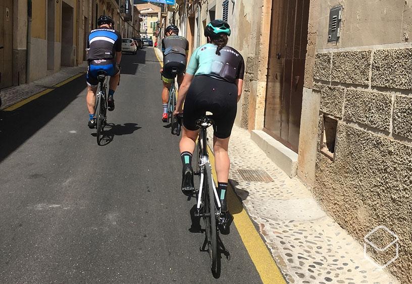 cobbles-wielrennen-vrouw-fietsgroep-staan