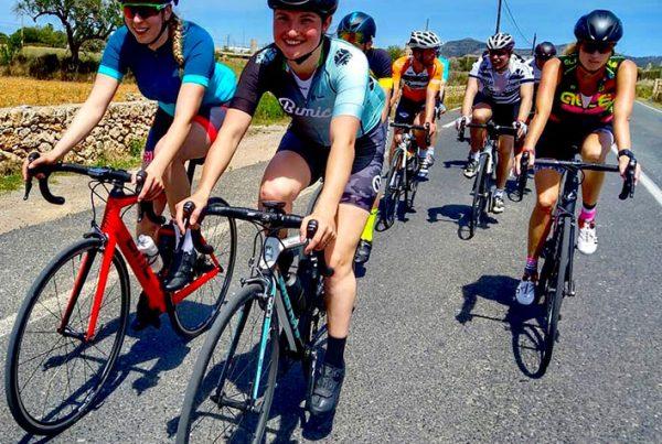 cobbles-wielrennen-vrouw-fietsgroep-uitgelicht